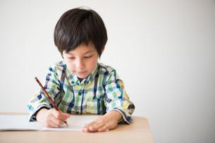 勉強をしている男の子の写真素材 [FYI02838387]