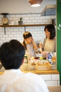 キッチンでくつろいでいる親子の写真素材 [FYI02838392]