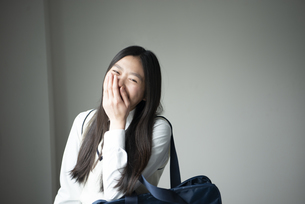 制服姿で笑っている女子高生の写真素材 [FYI02838395]