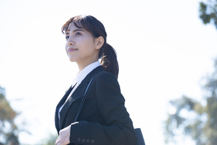 スーツを着て遠くを見ている女性の写真素材 [FYI02838422]