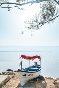 1艘のボートを見るウルアバット湖湖畔の写真素材 [FYI02838434]