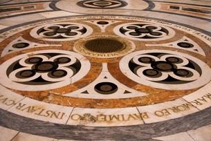 ドゥオモの床モザイク模様の写真素材 [FYI02838451]