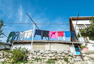 カラフルな洗濯物が干された風景の写真素材 [FYI02838452]