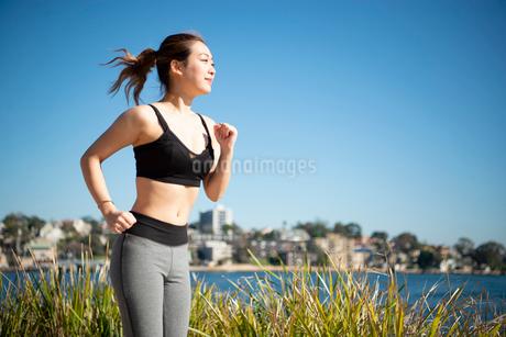 ウォーキングをしている女性の写真素材 [FYI02838454]