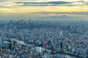 東京都心部と富士山の夕景の写真素材 [FYI02838457]
