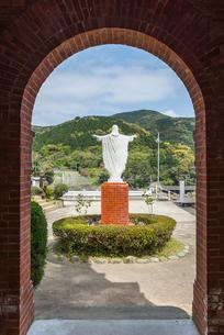 大曽教会入り口アーチよりキリスト像の後ろ姿見る風景の写真素材 [FYI02838465]