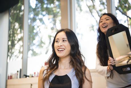 美容室でヘアセットをしている女性の写真素材 [FYI02838482]