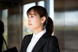 スーツを着てエレベーターに乗っている女性の写真素材 [FYI02838494]
