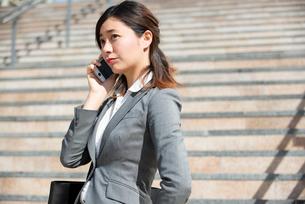 電話をしているスーツ姿の女性の写真素材 [FYI02838498]