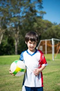 サッカーボールを持っている男の子の写真素材 [FYI02838519]
