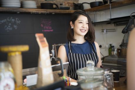 カフェで働いている店員の写真素材 [FYI02838520]
