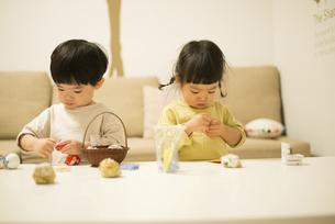 お手玉で遊んでいる双子の写真素材 [FYI02838522]