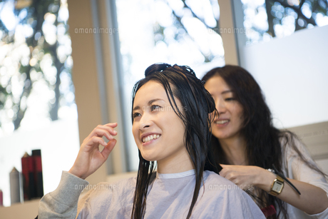 美容室で髪を切っている女性の写真素材 [FYI02838524]