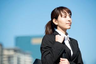 スーツを着て遠くを見ている女性の写真素材 [FYI02838537]