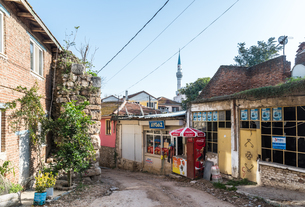 モスクのミナレットを背景に見るギョルヤズの味わいある町並みの写真素材 [FYI02838547]
