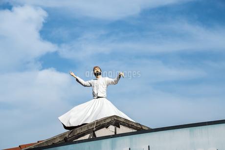 メヴラーナ人形を空に見上げるの写真素材 [FYI02838552]