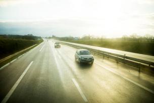 夕暮れの高速道路を走る車の写真素材 [FYI02838558]