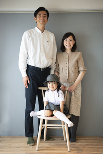 幼稚園児のいる家族の記念写真の写真素材 [FYI02838580]