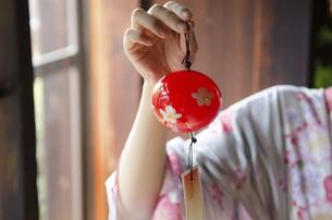 風鈴を持っている着物姿の女性の写真素材 [FYI02838590]