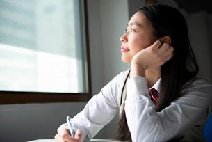 窓の外を見ている女子高生の写真素材 [FYI02838603]