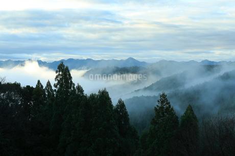 熊野古道から望む雨上がりの山並みの写真素材 [FYI02838632]