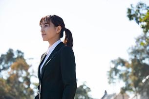 スーツを着て遠くを見ている女性の写真素材 [FYI02838640]