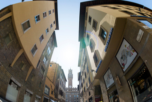 朝日の中遠くにヴェッキオ宮殿を見る街並の写真素材 [FYI02838641]