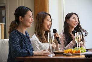 家でカラオケパーティをしている女性たちの写真素材 [FYI02838680]