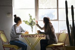 お茶を飲んでいる女性2人の写真素材 [FYI02838707]