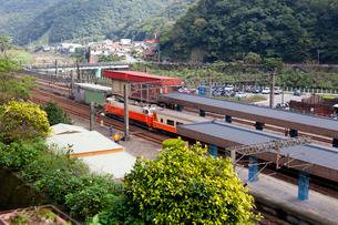 台湾、平渓線、ホームと車両の写真素材 [FYI02838711]