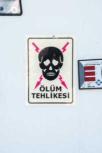 感電の危険を知らせるマークの写真素材 [FYI02838721]
