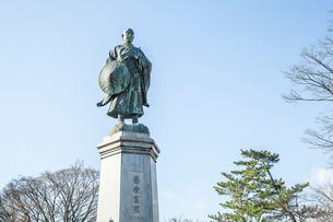 吉崎御坊跡に建つ蓮如上人の銅像の写真素材 [FYI02838744]