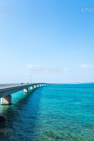 伊良部島まで長く伸びる伊良部大橋の写真素材 [FYI02838771]