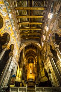 モンレアーレ大聖堂主祭壇と天井を見る内部風景の写真素材 [FYI02838772]