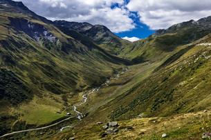 スイスアルプス、フルカ峠の眺望の写真素材 [FYI02838782]