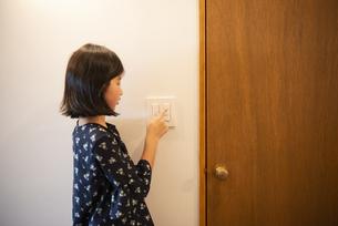 スイッチを触っている女の子の写真素材 [FYI02838813]