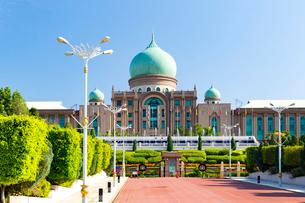 プトラ広場から望む総理府の写真素材 [FYI02838819]