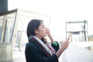 スマホを見ている女性の写真素材 [FYI02838834]