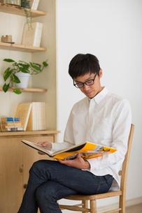 室内で本を読む男性の写真素材 [FYI02838848]