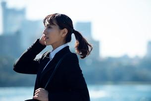 スーツを着て遠くを見ている女性の写真素材 [FYI02838865]