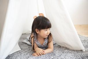 テントの中に入っている女の子の写真素材 [FYI02838905]