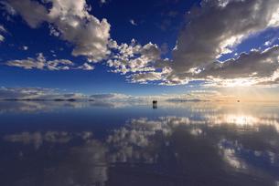ミラーレイク・ウユニ塩湖の絶景夕景の写真素材 [FYI02838909]