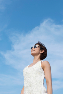 青空を見上げる女性の写真素材 [FYI02839001]