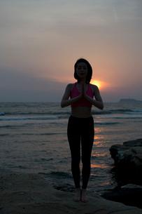 ヨガをする女性の写真素材 [FYI02839022]