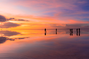 ミラーレイク・ウユニ塩湖の絶景夕景の写真素材 [FYI02839024]