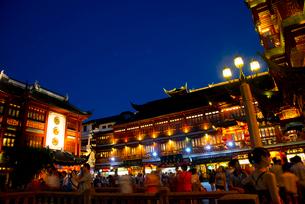 上海、豫園商城の夜景の写真素材 [FYI02839033]
