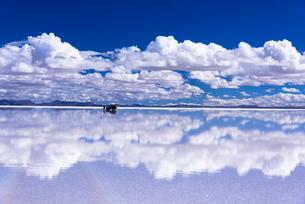 ミラーレイク・ウユニ塩湖の絶景の写真素材 [FYI02839034]