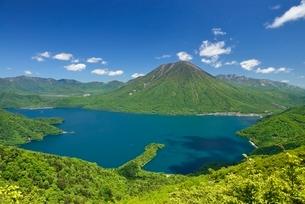 中禅寺湖と男体山の写真素材 [FYI02839093]
