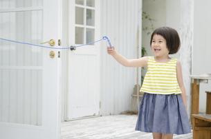 なわとびの端を持って笑う女の子の写真素材 [FYI02839180]