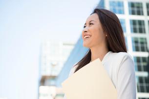 オフィス街にいる笑顔の女性の写真素材 [FYI02839225]